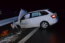 Škoda Fabia se na exitu silnice I/7 srazila s kamionem. Osobní vozidlo skončilo zaklíněné ve svodidlech.