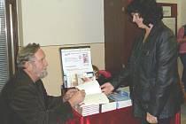 KLADENSKÝ SPISOVATEL A FOTOGRAF LUDĚK ŠVORC podepisoval svou novou knihu Housle pod vodou na knižním veletrhu v Havlíčkově Brodě.