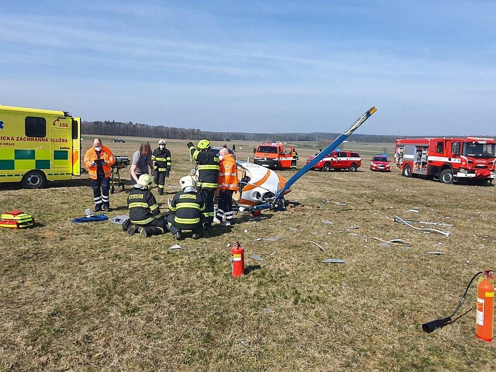 Zásah hasičů po pádu vrtulníku ve Velké Dobré.