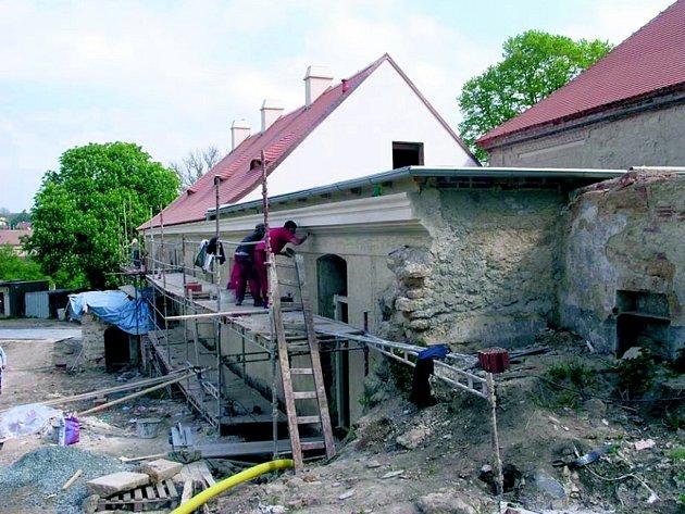 Rekonstrukce jednoho z křídel zámku Koleč finišuje.