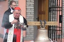KARDINÁL DOMINIK DUKA při žehnání nového zvonu svatého Václava, na němž stojí nápis: Svatý Václave, oroduj za nás.