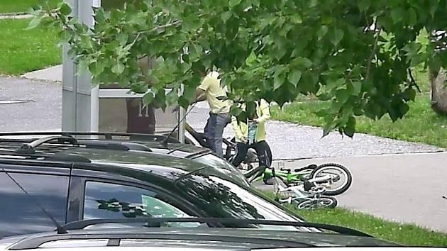 SKUPINKU DĚTÍ zachytila u telefonní budky v Anglické ulici bezpečnostní kamera.