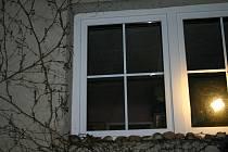 Za těmito okny zřejmě došlo k hrůznému činu