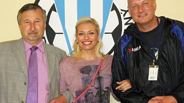 Zatímco moderátorku Novy Lucii Borhyovou nedávno předseda SK Slaný Zdeněk Hořejší (vlevo) na stadionu vítal,  v pátek přišla návštěva nezvaná - zloděj.