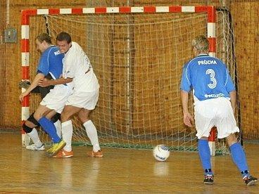 David Müller (v bílém) je tradiční oporou futsalistů Kladna.
