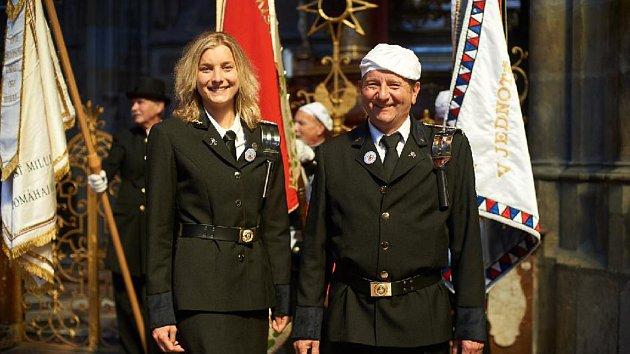 Kominice Iveta Jelínková s otcem Josefem v uniformě při letošním 150. výročí založení cechu kominického v katedrále sv. Víta v Praze.