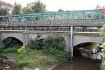 Současná podoba mostu přes Bakovský potok ve Velvarech. Nový most začnou stavět zjara 2018.