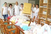 MONIKA POUBOVÁ z Dobrotet (zcela vlevo) při předávání daru. Na snímku je také primář dětského oddělení Petr Lyer a vrchní sestra Hana Literová (druhá vlevo).