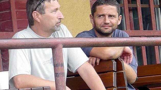 Přededa SK Slaný Zdeněk Hořejší (vlevo) a gólman i obránce v jedné osobě  Radek Šaroch.