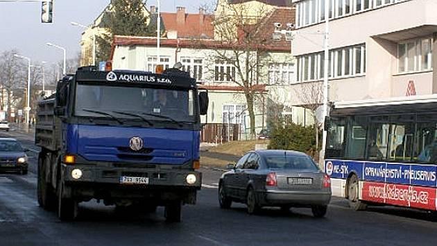 Kamery na řidiče číhají  na křižovatkách ulic Petra Bezruče a Cyrila Boudy u budovy pojišťovny a z druhé strany naproti Kokosu na Sítné.