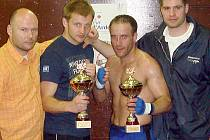 Česká výprava byla na galavečeru stoprocentně úspěšná. Pro Evropu vybojovala dvě vítězství. Jan Homolka je druhý zleva.