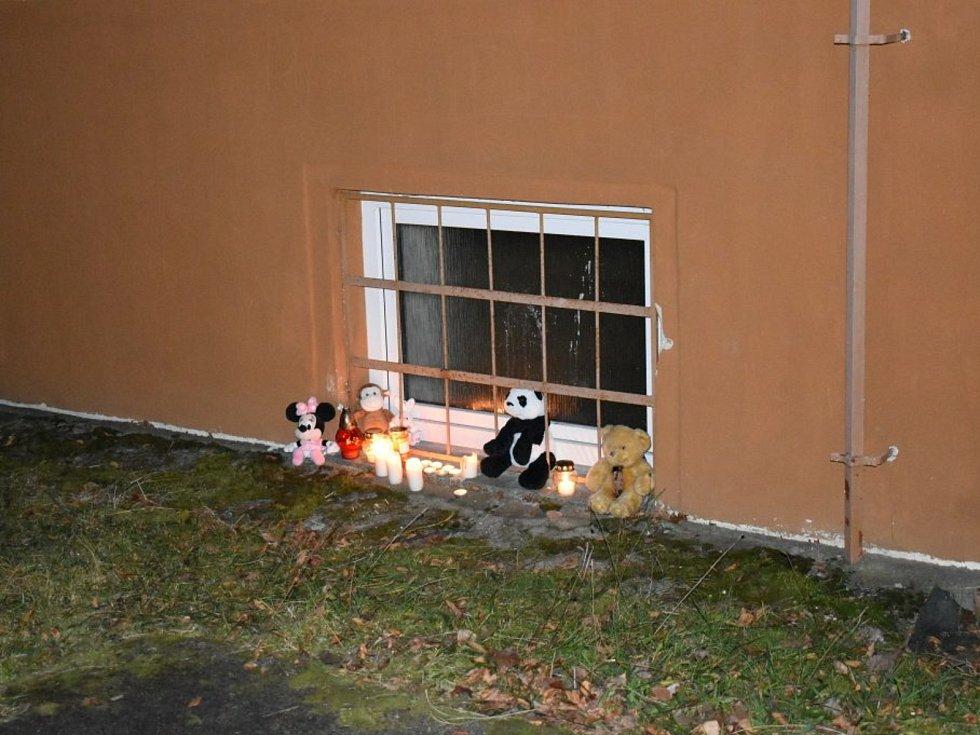 Pietní místo v areálu Základní školy Moskevská v Kladně, kde v pondělí 30. listopadu 2020 žákyně deváté třídy vypadla z okna.