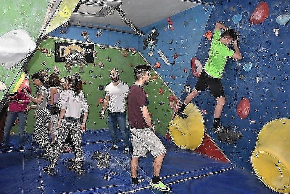 Slaný hostí nadějné horolezce, konají se zde závody v boulderingu.