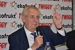 Prezident Miloš Zeman na návštěvě ve Slaném v ovocnářské společnosti Ekofrukt, kde se setkal také se zaměstnanci.