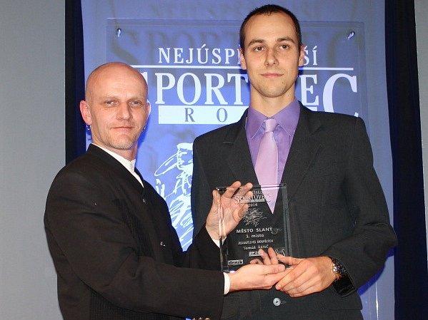 SPORTOVCEM SLANÉHO za rok 2014 se stal triatlonista Tomáš Řenč (vpravo). Cenu mu při galavečeru  ve slánském hotelu Hejtmanský dvůr předal šéfredaktor Kladenského deníku Robert Božovský.