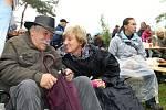 Do lesíku na okraji obce Valdek u Braškova dorazili v sobotu milovníci folku a country. I přes deštivé počasí si tradiční akci pod širým nebem lidé velmi užili.