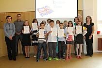 Děti, které získaly certifikát. Na snímku ředitelka ZŠ Smečno Lenka Bechyňská, místostarosta Tomáš Burda, děti, učitelka AJ Renáta Košálová, zást. ředitelky Renáta Štampachová.