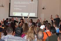 Zasedání buštěhradských zastupitelů, kdy rozhodovali o možné výstavbě nové silniční tepny v severní části katastrálního území obce.