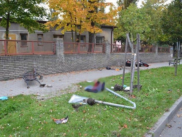 Motorkář narazil i do lavičky.