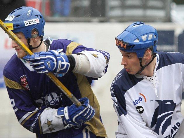 David Šrámek (vpravo) v souboji s Vlašimí.