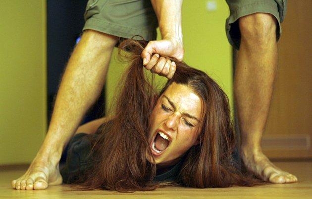 Přestože ve statistikách obětí domácího násilí stále vedou ženy, které týrají jejich manželé, nyní se na Kladensku objevil nový trend –  děti týrají své rodiče.