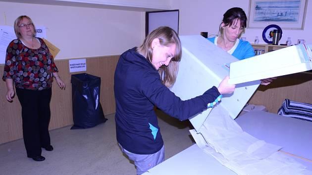Volební komise 57. okrsku, pod který spadají například ulice Karla Čapka, Marie Majerové či Vojtěcha Dundra ve Švermově při sčítání volebních lístků.