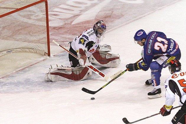 Po jedné z nejhezčích akcí zápasu, žabičce Pavla Patery, jel Radek Bělohlav sám na Trvaje, ale nedal.