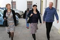 Ministryně Michaela Marksová (ČSSD) při návštěvě Smečna. Na snímku uprostřed. Vlevo starostka Smečna Pavla Štrobachová. Vpravo ředitel Domova Pod Lipami Petr Šála.