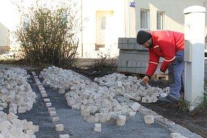 Rekonstrukce náměstí Jana Opletala v Kladně je v plném proudu.