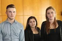 Trojice už téměř dospělých obyvatel Dětského domova Unhošť byla oceněna v obřadní síni městského úřadu.