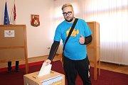Novostrašečtí občané u voleb na místním městském úřadě a v kulturním centru.