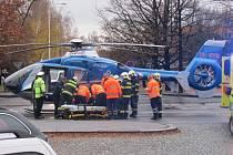 Mladou ženu transportoval vrtulník.