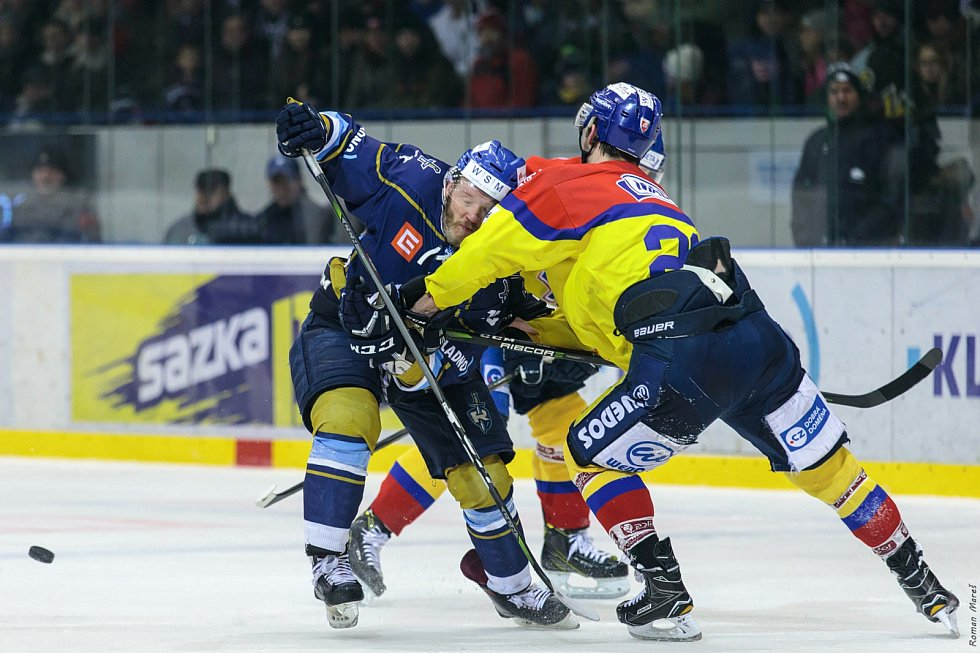 České Budějovice porazily Kladno (v modrém) na jeho ledě a snížily stav série na 1:3.