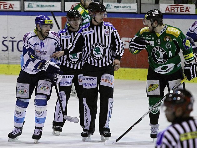 Rozmíška mezi Jardou Kallou a Davidem Vrbatou // HC Vagnerplast Kladno - HC Mladá Boleslav 4:3, O2  ELH 2010/11, hráno 11.3.2011