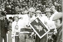 Hokejové Kladno a jeho největší mezinárodní úspěch. V únoru 1979 klub porazil Spartak Moskva a vyhrál PMEZ za rok 1976. Tady se radují zleva Luboš Bauer, Miroslav Křiváček a a Zdeněk Müller.