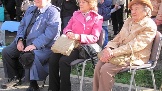 MEZI HOSTY SLAVNOSTNÍHO AKTU odhalení pamětní desky byli přítomni také synovec Josefa Horáka Antonín Nešpor, jeho manželka Pavla, či jedna ze tří žijících přímých pamětnic lidické tragédie Miloslava Kalibová.