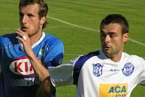 Pavel Veleba (vpravo v souboji s exkladenským, nyní mosteckým obráncem Procházkou) si musí hledat nové angažmá.
