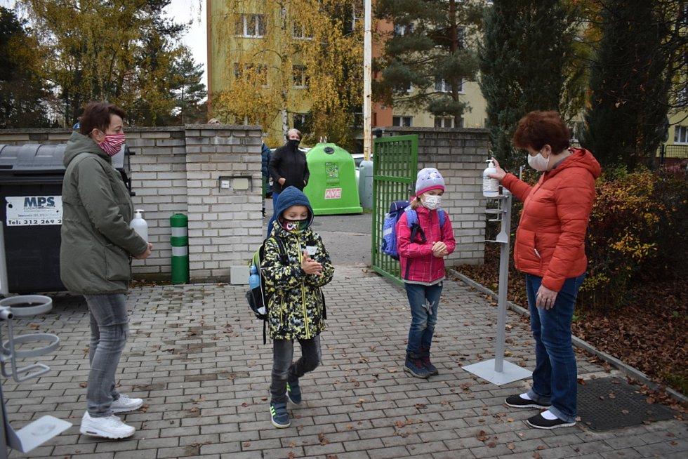 Návrat nejmenších školáků do ZŠ v Brjanské ulici v Kladně.