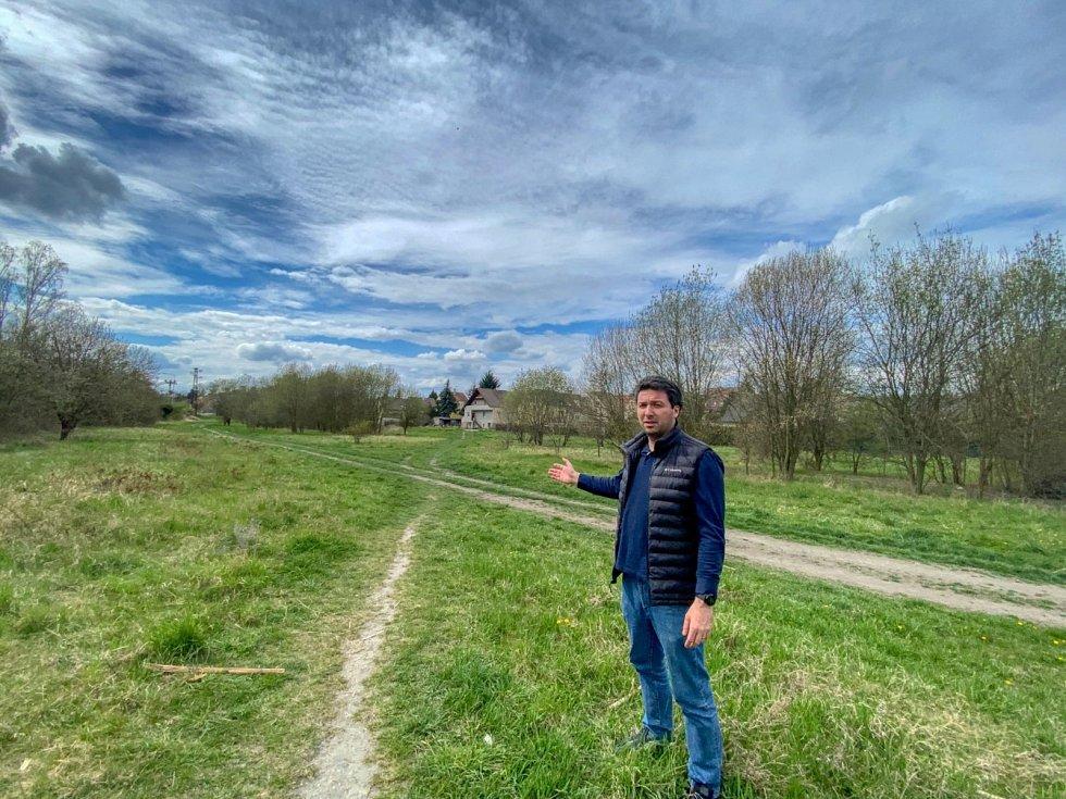 Opoziční zastupitel Lukáš Hanes (ODS) je přesvědčen o tom, že parky by město prodávat nemělo. Jedná se o území o rozloze 5000 metrů čtverečních.