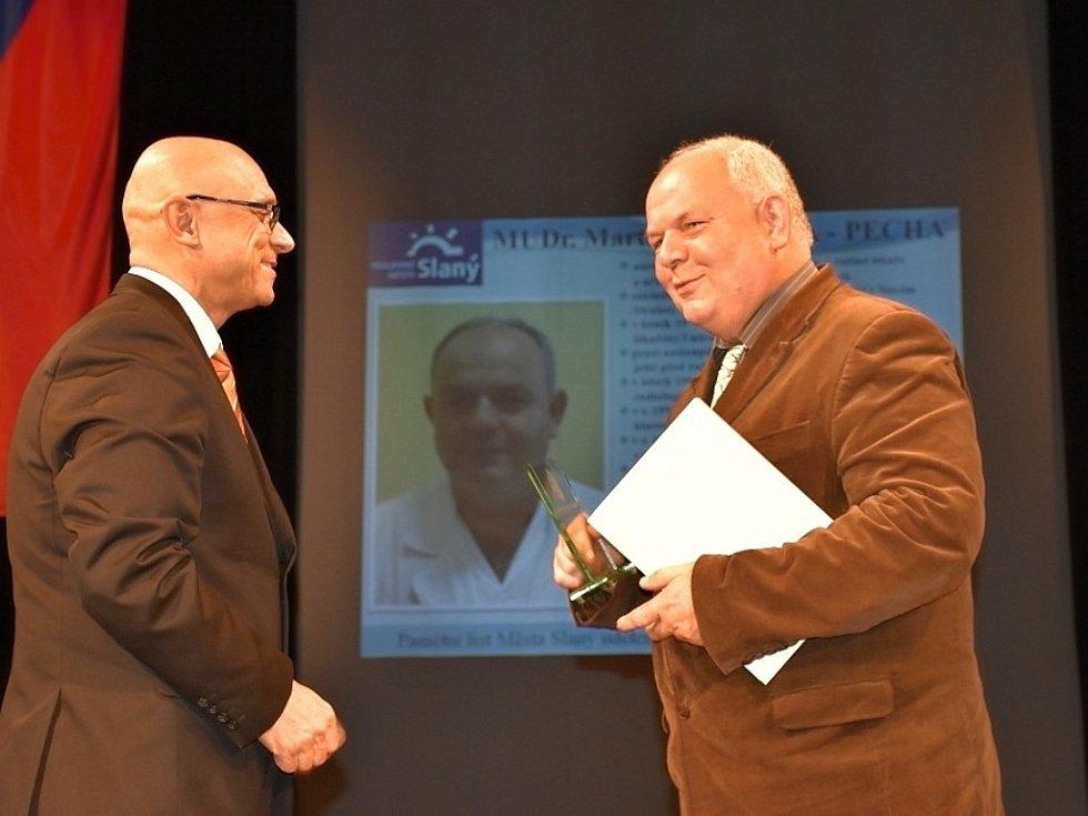 Z rukou místostarosty Pavla Záloma převzal ocenění také primář rentgenologického oddělení Nemocnice Slaný Martin Votýpka-Pecha.
