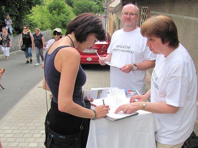 Podpisy na petici od kolemjdoucích rychle přibývaly.
