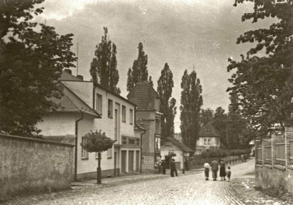 Druhá lánská škola vlevo z pohledu od místního zámku.