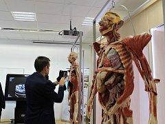 Studenti kladenské biomedicíny získali k výuce plastinovaná lidská těla. Slavnostní otevření nové laboratoře.