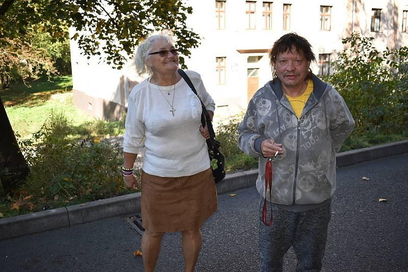Eva Hanlová a Lukáš Hájek z ubytovny tvrdí, že nikdo jim peníze nenabízel.