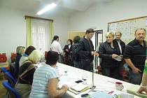 Chvílemi bylo ve volební místnosti těsno.