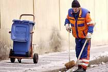 Dlužníci si při úklidu města Kladna mohou vydělat padesát korun za hodinu. Jedná se o stejnou částku, kterou za tutéž činnost dostávají dlouhodobě nezaměstnaní.