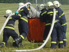 Výcvik při plnění bambivaku v podání dobrovolných hasičů z Braškova. Tyto obří vaky se používají například při hašení lesních požárů. Voda z pytle je shazována z vrtulníku.