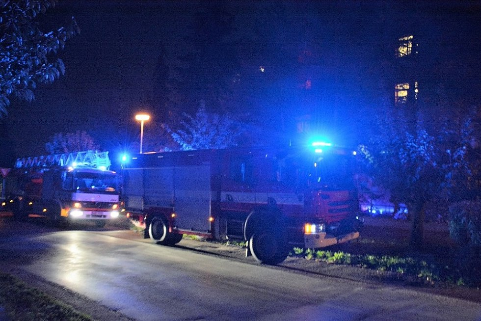 Záchranáři, hasiči i policisté zasahovali ve Slaném večer v Tomanově ulici