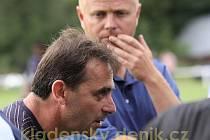 Trenér Kladna Martin Hřídel udílí o přestávce pokyny do druhého poločasu, přihlíží Stanislav Hejkal