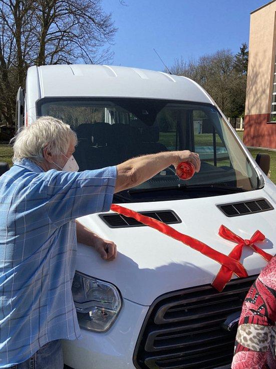 Obyvatelé Domova dobré vůle dostali nové auto, už se těší do Varů.